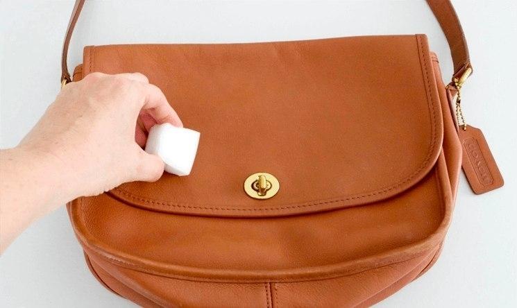 чистка меламиновой губкой кожаной сумки