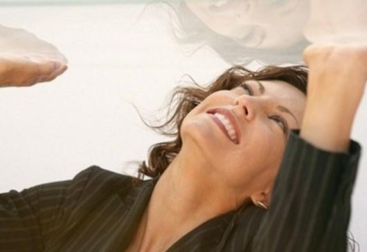 Как ухаживать за натяжным потолком (глянцевым, матовым, тканевым)