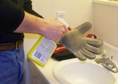 Как постирать темные кожаные перчатки дома?
